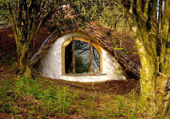 Simon Dale híres hobbitháza is világhírűvé vált, a hangulatos otthont a férfinak 3000 euróból, vagyis kicsit több mint 900 ezer forintból sikerült felépítenie.