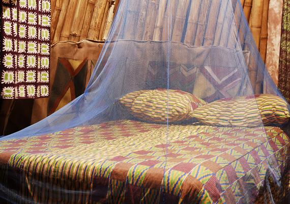 Egy baldachin királyi luxust visz bármilyen hálószobába. Te is elkészítheted, csupán textilre, egy fémkarikára és egy falba fúrható kampóra van szükség. A textilt varrd a karikára, köss rá szalagokat, és ezt rögzítsd a felfúrt kampóra.