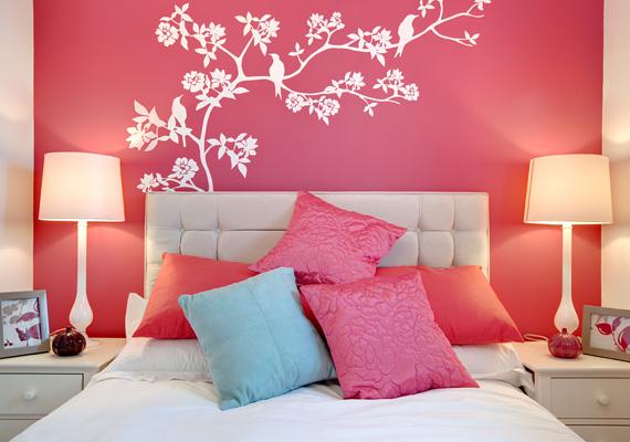 Az ágy mögé ragasztott falmatrica feldobja az egész helyiséget - ezt az egy falrészt élénk színnel is kiemelheted, de túl nagy felületen ne használd.