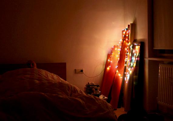 A karácsonyi fényfüzért nyugodtan használhatod a hálószoba feldobására is.