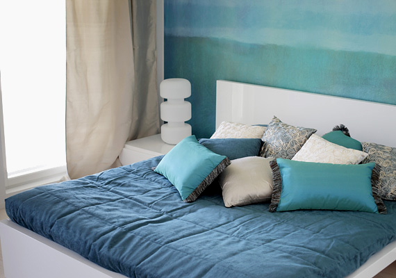 A kék a nyugalom színe. Fess ki egy falrészt kékre, és a kiegészítőket is ennek a nyugodt színnek az árnyalataiból válogasd össze.