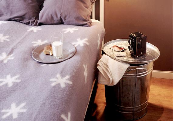 Az éjjeliszekrény helyett használhatsz szokatlan tárgyakat, például egy fémkukát vagy akár egy széket is, különleges és praktikus mindkettő.