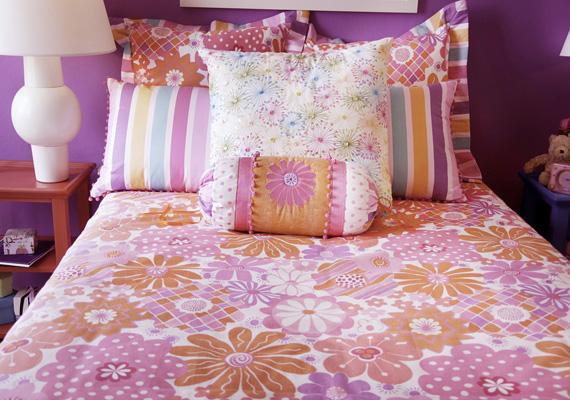 A díszpárnák akkor tehetnek jó szolgálatot, ha a háló és a nappali egyazon térben foglal helyet. Harmonizáló színekkel rendezett hatást kelt az ágy.