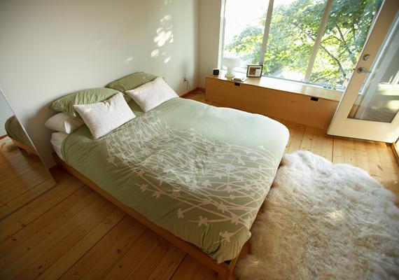 Egy puha szőnyeg az ágy lábánál könnyebbé teszi a felkelést. A kevés bútor és levegős tér pedig a nyugodt pihenést biztosítja.