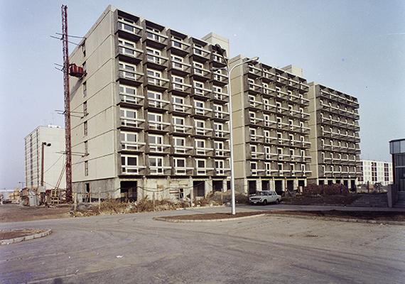 1975-ös építkezés Kecskeméten, így készült az ifjúsági garzonház, vagyis a csibekeltető. Az első panelépítési hullámot a Szovjetunió jellegzetes ötemeletes, lift nélküli, hatvanas években épült házai jelentették, azonban ezek belmagassága olyan alacsony volt, hogy a kedvezőtlen életminőség miatt, melyet jelentett volna, végül nem terjedtek el. Magyarországon az első kísérleti panelház 1959-ben épült meg Dunaújvárosban.