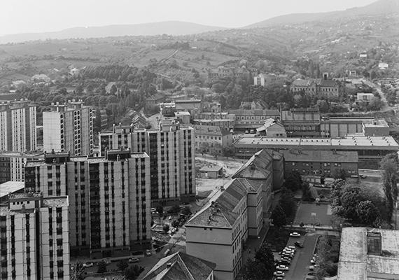 Kilátás a pécsi magasház tetejéről, 1975-ből. A magyar lakosság mintegy egyötöde él ma is panelházakban, ami körülbelül 788 ezer lakást jelent.
