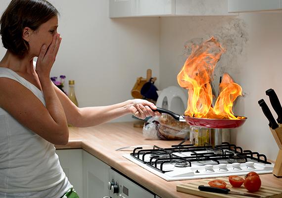 Soha ne hagyj őrizetlenül semmit a tűzhelyen, különös tekintettel a zsiradékra, mely nagyon könnyen meggyulladhat. Ha már megtörtént a baj, és lángol az edény vagy a serpenyő, nagyon fontos, hogy semmiképp se próbáld meg vízzel oltani, az ugyanis még komolyabb károkat okozhat, mivel a kifröccsenő zsiradék komoly égési sérülésekhez vezethet, és a tűz továbbterjedését is elősegíti. A serpenyőre, amennyiben lehetséges, tegyél minél gyorsabban egy fedőt.