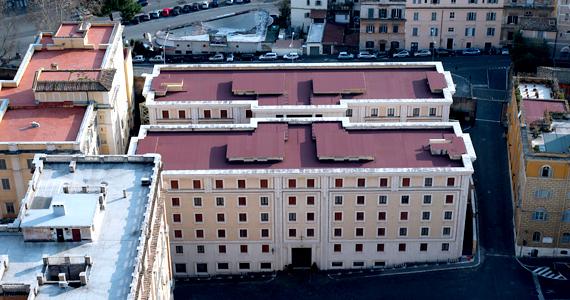 A pápa az ötemeletes Szent Márta-ház 201-es lakosztályát használja, mely csak néhány kisebb szobát foglal magában.