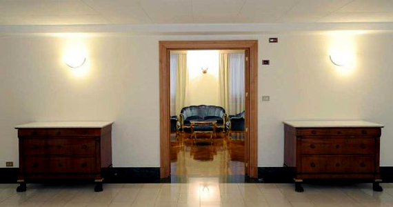 Folyosó a pápai lakosztály előtt. Ferenc pápának fontos, hogy ne szigetelődjön el az emberektől.