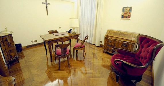 A pápa dolgozószobája.