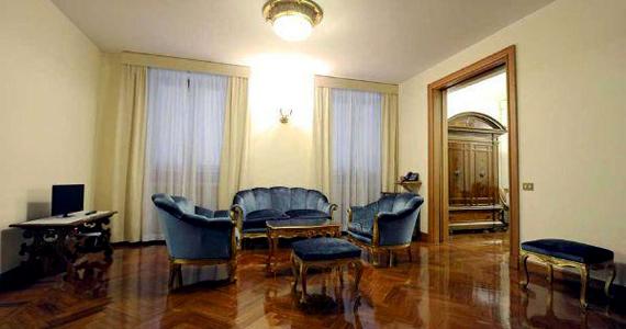 Ferenc pápa nappalija. A berendezés klasszikus, ugyanakkor egyszerű: nincsenek például drága képek és szőnyegek a szobában.
