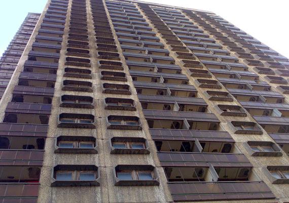 Az épületben egykor 250 egy-, illetve másfél szobás lakást alakítottak ki.