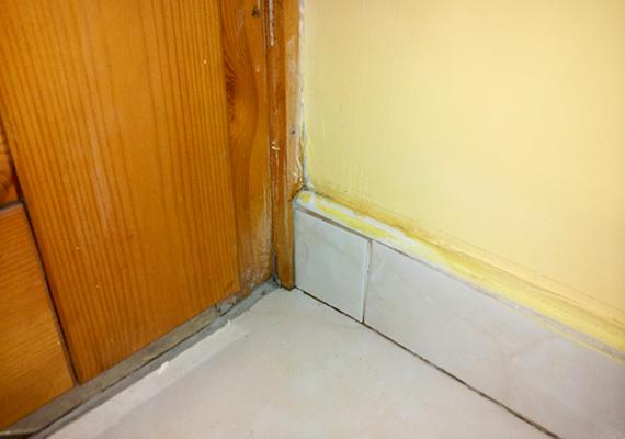 Az ecet néhány perc alatt letisztította a felületet, azonban a festékből is lemart egy keveset, így azt korrigálni kell. Hozzá kell tenni azonban, hogy a fal esetében nem tett kárt a festékben: a hiány csak azt a felületet érinti, ahol egyébként sem tapadt megfelelően.