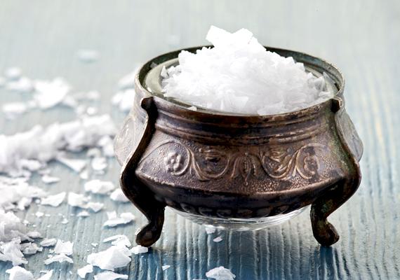 A só segítségével is bevonzhatod a sikert és a pénzt: helyezz ki az adott területen egy keveset belőle, dekoratív megoldás, ha egy szép, patinás fémtálba teszed.