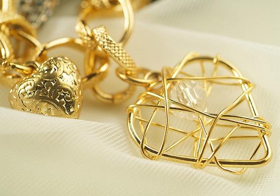 A gazdagságot szimbolizáló tárgyak, mint például az ékszerek is hasznodra lehetnek, ha otthonod pénzsarkába helyezed őket.