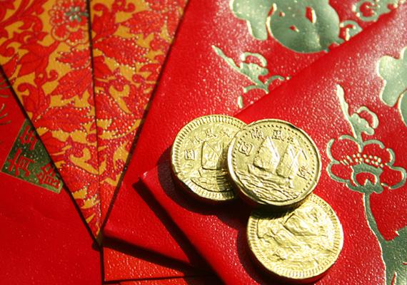 A piros önmagában is a gazdagság színe a feng shui szerint, de a vörös terítőn elhelyezett érmék is a gyarapodásért felelősek.