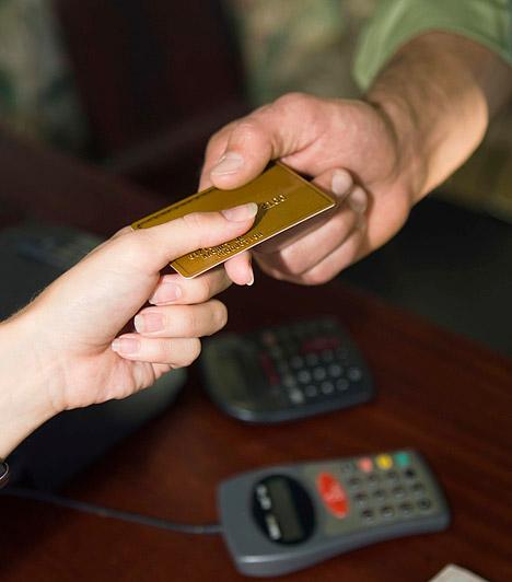 Bevásárlókártya  Egy váratlan számla vagy egy költségesebb hónap végén jó megoldásnak tűnhet a hitelkártyához nyúlni, ám nem árt észben tartnod, hogy az elhasznált összeget kamatostul vonják majd le a következő fizetésedből, így eleve hátránnyal indítod a hónapot, ami ismét csak ahhoz vezet, hogy a hitelkeretedre kell támaszkodnod. Ha nem elég körültekintően használod a hitelkártyát, hamar egy ördögi kör közepén találhatod magad.  Kapcsolódó cikk: A folyószámla rejtett költségei »