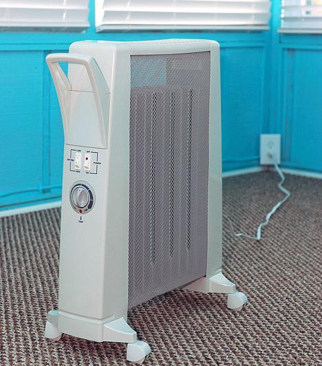 Elektromos hősugárzó  Sokan gondolják, hogy spórolhatnak a fűtésen, ha az esti tévénézéshez lecsavarják a konvektort, és csak a kanapé mellé állított hősugárzóval fűtenek. Az elektromos hősugárzók azonban csak nagyon kis területet melegítenek fel, ehhez viszont rengeteg áramot használnak, a kihűlt szoba újramelegítése pedig jóval több energiát emészt fel, mint amennyit a rövid időre letekert radiátorral megspórolhattál.  Kapcsolódó cikk: Ezért van az egekben a rezsid! »
