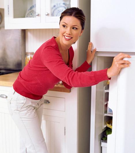 Régi hűtőszekrény  A régi típusú hűtőszekrények egész vagyonokat képesek felemészteni modern, energiatakarékos társaikhoz képest. A megoldást egy új hűtőszekrény megvásárlása jelentheti, de addig is sokat tehetsz a számla csökkentéséért, ha rendszeresen leolvasztod a hűtőt, és optimális mennyiségű élelmiszert tartasz benne: ha a polcok szinte üresek, sokkal több levegőt kell lehűteni, de, ha zsúfolásig pakolod, nem tud keringeni a levegő, így a motornak ekkor is erősebben kell dolgoznia.  Kapcsolódó cikk: Durva áramzabáló a lakásban: mutatunk néhány megoldást »