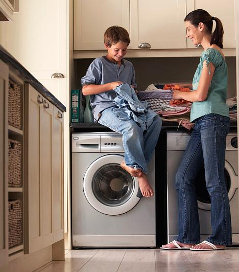 Mosógép                         A technika vívmányai megkönnyíthetik az életedet, és, ha okosan használod őket, a spórolásban is segítenek. Ha azonban csak félig pakolod meg a mosógépet, rengeteg energiát és vizet használsz el fölöslegesen, még akkor is, ha a mosógéped ilyenkor nem tölti tele a dobot. Két félprogram ugyanis még mindig több vizet igényel, mint az, ha megvártad volna, amíg elegendő szennyes összegyűlik, és egy programmal mosod ki a ruhákat.                         Kapcsolódó cikk:                         2+3 tipp, amivel felére csökkentheted a vízdíjat »