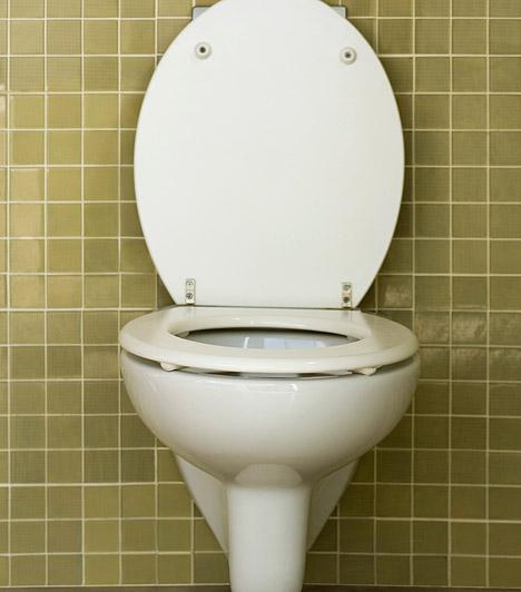 Vécé  Meglepő, de egy ember átlagosan naponta 60 liter tiszta vizet használ el a vécé leöblítéséhez. Ha régi típusú tartályod van, amelyikből minden egyes lehúzás alkalmával kifolyik az utolsó csepp víz is, ez a mennyiség akár magasabb is lehet. A megoldás a stop funkcióval ellátott tartály lehet, vagy egy pár ezer forintért kapható stopbetét beszerelése.