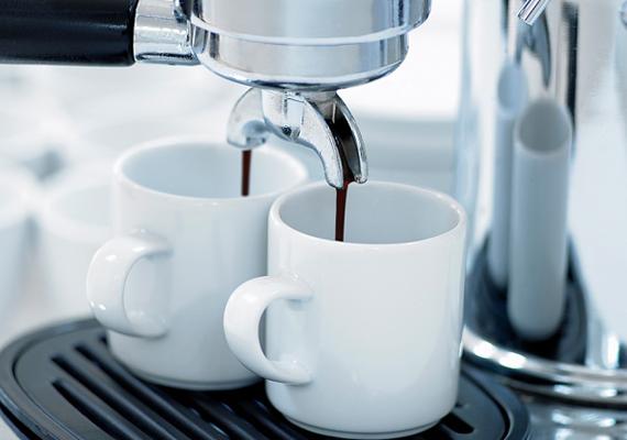 A pezsgőtabletta segítségével elérheted a nehezen tisztítható helyeket, például a kávéfőző szennyeződéseitől is könnyedén megszabadulhatsz. Töltsd meg vízzel, majd dobj bele két pezsgőtablettát, ha pedig utóbbi feloldódott, forrald fel a vizet. Ezután forrald át még egyszer tiszta vízzel is a készüléket.