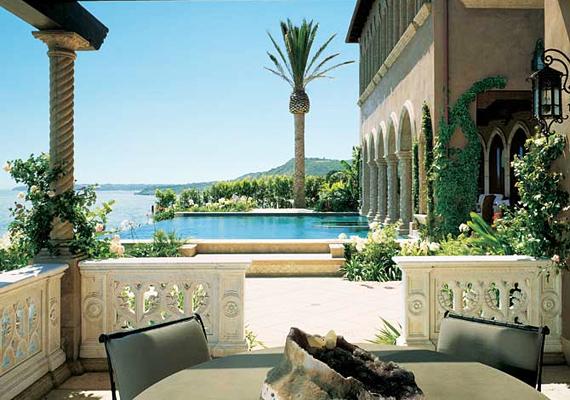 Szintén Malibu csodálatos panorámáját lehet látni Cher végtelennek tűnő medencéjéből, amelyet Ron Wilson tervezett.