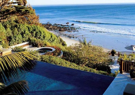 Cindy Crawford malibui otthonában a medence közvetlenül a tengerpart szomszédságában van, a látvány lenyűgöző.