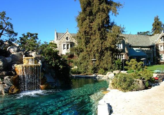 Hugh Hefner, a Playboy atyja híres arról, hogy nem sajnálja luxusra költeni hatalmas vagyonát. Ez a medence magáért beszél.