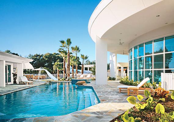 John Travolta és felesége, Kelly Preston nem veti meg a luxust, medencéjüket úgy terveztették meg, hogy tökéletes harmóniában legyen a modern házzal.