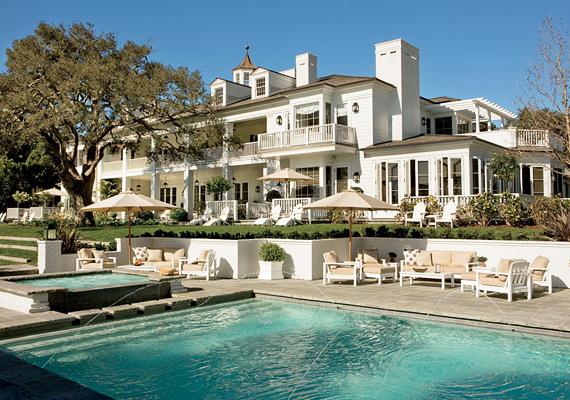 Rob Lowe dél-kaliforniai, neoklasszikus stílusban épült otthonát remekül kiegészíti az oldalt szökőkútként működő medence.
