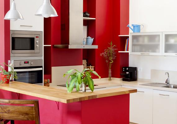 A vörös dominanciáját oldja a fehér, csakúgy, mint a nyers, világos fa színe is.