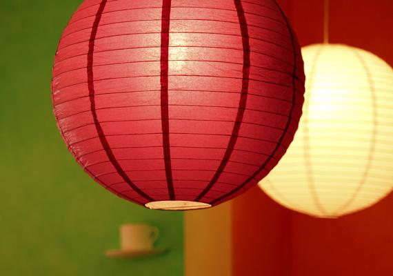 Kétség nem fér hozzá, hogy a vörös remek hangulatteremtő, ehhez azonban akár az is elég lehet, ha a világítás révén csempészed otthonodba.