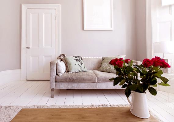 Apró dekorációs elemek révén vagy akár csak egy ilyen színben pompázó virágcsokor segítségével is lakásodba csempészheted a vörös pozitív hatásait.