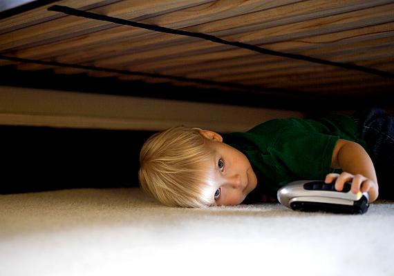 Az ágy aljának takarításáról sokan feledkeznek meg, hiszen nincs szem előtt, emellett körülményes is ilyen helyen tisztogatni a padlót. A por, vele együtt pedig a poratkák azonban rendkívül gyorsan felszaporodhatnak itt: legalább kétnaponta tüntesd el a pormacskákat seprű vagy porszívó segítségével.
