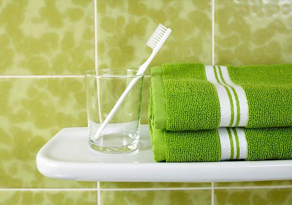 Az említett kutatás szerint a harmadik legszennyezettebb hely a fogkefetartó, sokan ugyanis nem tisztítják meg a fogkefét alaposan fogmosás után, a tartó alján pangó víz pedig még inkább kedvez a baktériumoknak. A legjobb, ha naponta megtisztítod a poharat.