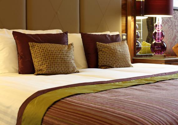 Csakúgy, mint maga az ágy: az ágynemű mellett a matracot is porold ki rendszeresen.