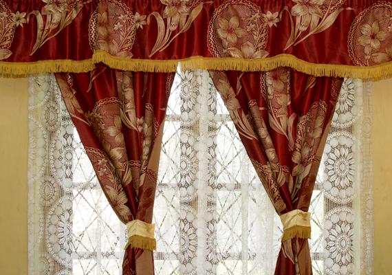 A függönyökről se feledkezz meg, hiszen kiváló porfogók. Ha könnyen porosodik a lakás, érdemes gyakrabban mosni őket. Kattints ide, és tudd meg, milyen praktikákkal csökkentheted a por mennyiségét a lakásban!