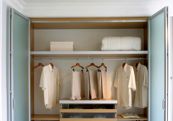 Bár a mindennapok során nem szembetűnő a bútorok mögött vagy épp a szekrények tetején található pormennyiség, az allergia szempontjából érdemes jobban odafigyelni erre is.