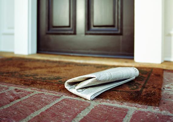 A lábtörlő klasszikus rejtekhelynek számít, éppen ezért kerülendő. Ott, ahol a kulcs rejtőzik, a szőnyeg egy kicsit fel is gyűrődhet, ami még inkább megkönnyítheti a betörő dolgát.