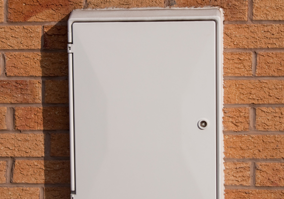 A villanyóra szekrényébe ugyancsak nem szerencsés tenni a kulcsot, ha ugyanis nincs bezárva, mert például közös más lakókkal, akárki, így a betörő is megnézheti, mit rejt.