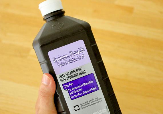 Égésfolt ellen sokan használják a hidrogén-peroxidot is, melyet gyógyszertárban vehetsz meg. A fehér anyagot nedvesítsd be 1-3%-ossal, a színesnél azonban maximum 1%-osat használj. Nyomkodd át enyhén szivaccsal a megnedvesített ruhát, majd öblítsd ki alaposan.