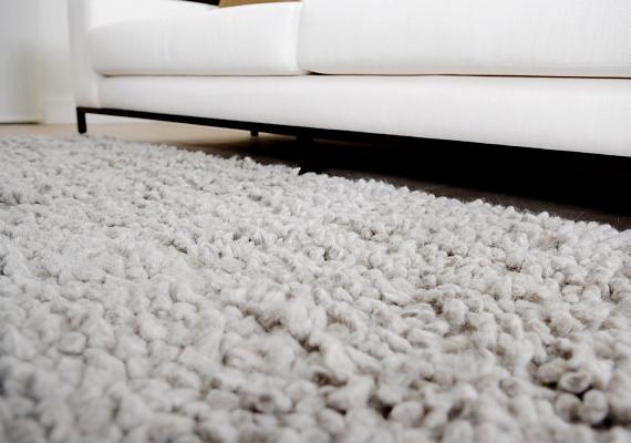 Ha a szőnyeg perzselődött meg, keféld át, ezáltal ép szálakat kapsz a szőnyegből. Borotvával vágd ki az égett szálakat, majd tegyél a lyukba ragasztót, és ragaszd bele az ép szálakat.