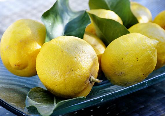 A halszag eltüntetésére az egyik legegyszerűbb módszer, ha először hideg vízzel kezet mosol, majd egy szelet citrommal dörzsölöd be a bőrödet. Utána ismét hideg víz következik.