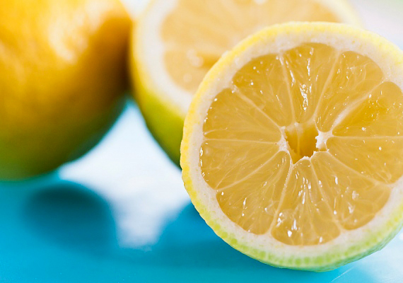 A főzés után tegyél egy vízzel teli lábost a tűzre, majd tegyél bele bőven citromszeleteket. Ezzel garantáltan felfrissíted a levegőt.