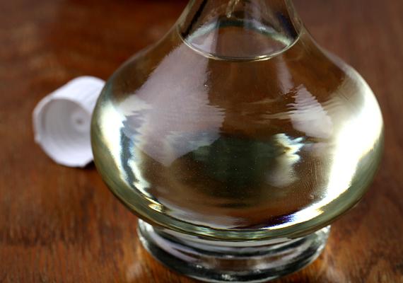 Az ecet is megszünteti az olajszagot, elég, ha ebből is kiteszel egy tálkányit a konyhába. Az ecetszag megszüntetése már jóval könnyebb.
