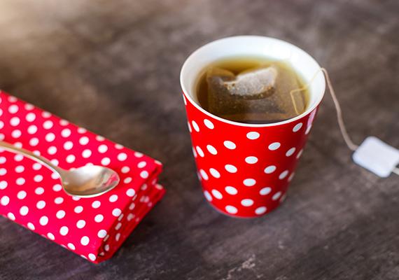 Nemcsak a sör, de más háztartási maradék is segíthet a növényápolásban, a szobapálma például sokkal szebben fejlődik majd, ha kéthetente egy kevés, nagyon híg, de cukrozott fekete teával öntözöd meg.