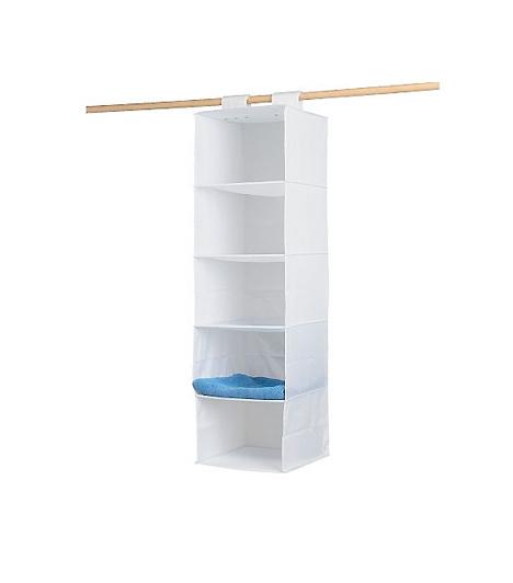 SKUBB függő tárolóHa a ruhásszekrény és a fal között kénytelen vagy hagyni 30-40 centimétert az ott található konnektor miatt, ne szomorkodj: szerezd be az IKEA mennyezetre függeszthető, puha műanyagból vagy vászonból készült SKUBB tárolóját. Használhatod cipők, törölközők, ritkábban használt ruhák vagy kabátok tárolására.