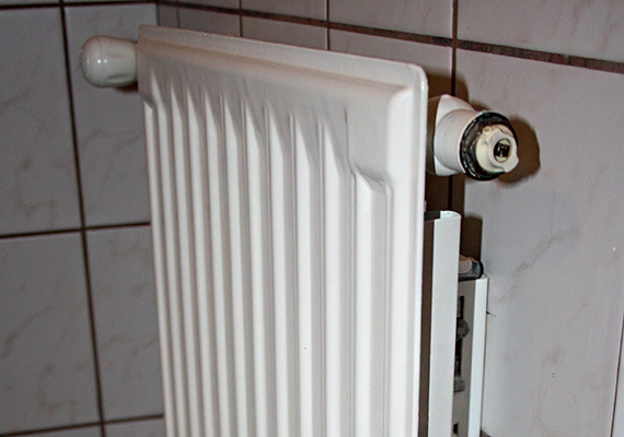 Mielőtt nekiállnál a légtelenítésnek, zárd el a fűtést, és várd meg, amíg a radiátor lehűl. A radiátor légtelenítő szelepét általában a fűtőtest oldalán találod meg, a képen látható radiátor esetében felül, jobb oldalon található.