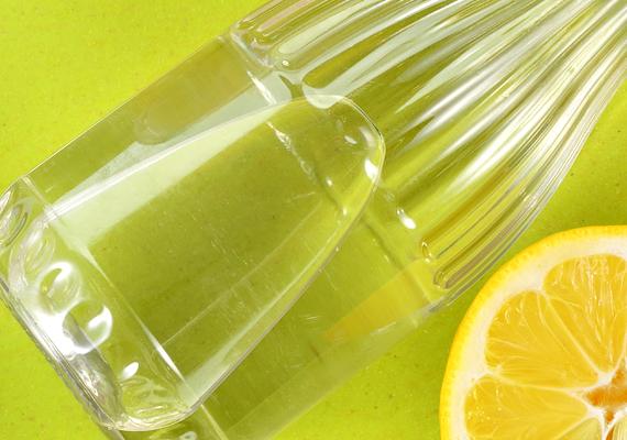 Házi penészölő folyadék ecettel: a penész ellen hatásos lehet, ha felforralsz egy liter vizet, majd hozzáadsz egy deciliter 20%-os ecetet. A folyadékból tehetsz egy keveset szivacsra is, de szórófejes flakonba is érdemes töltened. Kattints, és tudd meg, még mire jó az ecet!